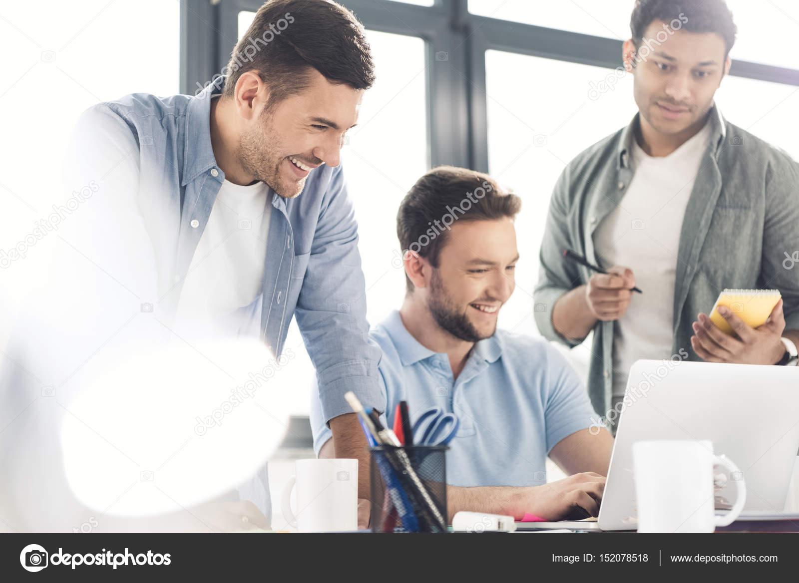 オフィスで働いているカジュアルなビジネスマン — ストック写真