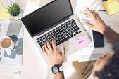 Fotografie příležitostné podnikatel pracuje na notebooku
