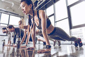 Photo sporty people exercising in gym