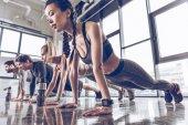 Fotografie sportovní lidé cvičení v tělocvičně