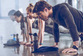 Fotografie sporty people exercising in gym