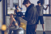 sportoló gyakorolja: a súlyzó
