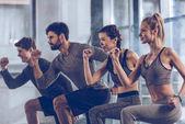 Sportliche Menschen, die im Fitnessstudio trainieren
