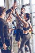 Sportovní lidé dávat vysoké pět