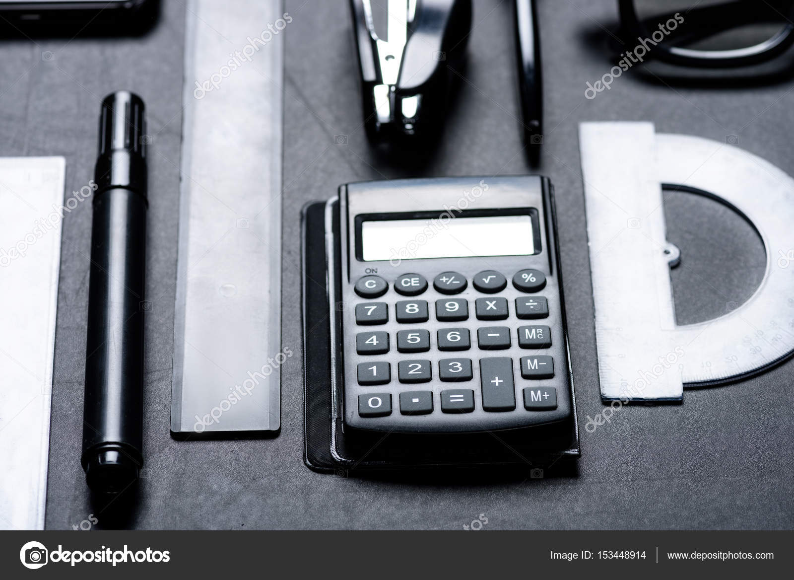 calculatrice avec divers ustensiles de bureau photographie arturverkhovetskiy 153448914. Black Bedroom Furniture Sets. Home Design Ideas