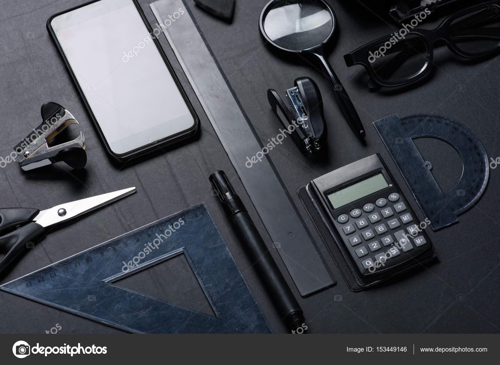 smartphone avec divers ustensiles de bureau photographie arturverkhovetskiy 153449146. Black Bedroom Furniture Sets. Home Design Ideas