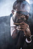 Fotografia Ritratto del sigaro di fumo delluomo daffari sicuro afroamericano