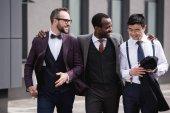 fiatal stílusos többnemzetiségű üzletemberek a szabadban, gyaloglás üzlet fejrevalók csapat értekezlet