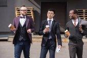 fiatal többnemzetiségű üzletemberek fejrevalók, séta-a kávé alkalom szabadban, üzleti csapat értekezlet