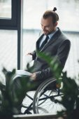 Fotografie businessman sitting in wheelchair