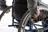 Körperbehinderter Mann im Rollstuhl