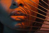 africká americká žena s nebezpečnými jehly