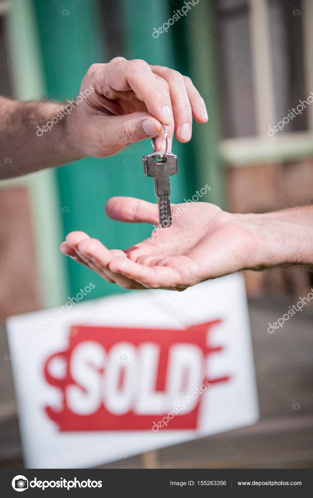 compra casa nueva hombre — Foto de stock © ArturVerkhovetskiy #155263356
