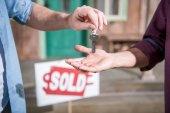 Mann kauft neues Haus
