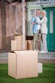Ehepaar zieht in neues Haus