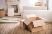 Photo Cardboard boxes in empty room