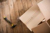lepenkové krabice na dřevěné podlaze