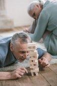 idősebb pár játszik fa blokkok