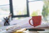 Plány a kancelářské potřeby na stole