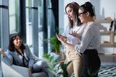 podnikatelky pomocí smartphone