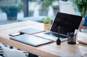 Laptop und Grafik-Tablet mit Smartphone auf Tabletop