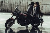 Fotografie Mladý pár s motocyklu