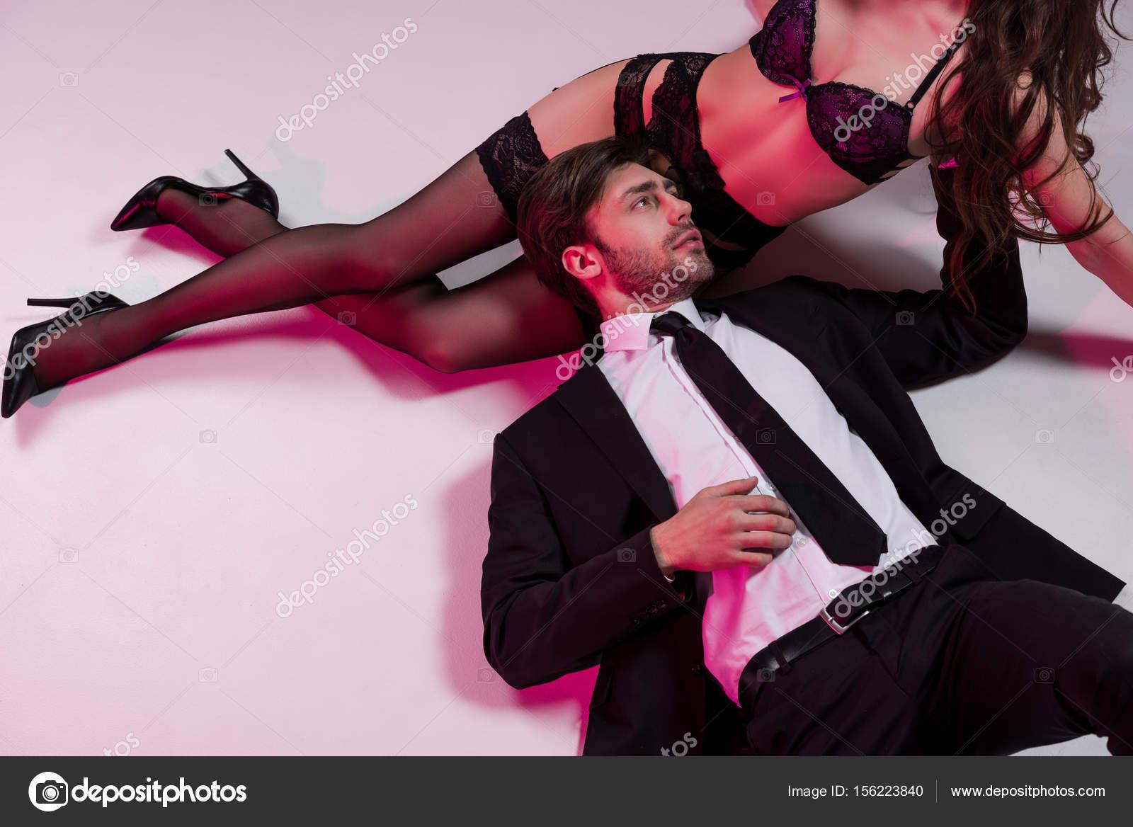 L'homme Toucher Lingerie Et Couché En De Femme Photographie — ggxafrZU