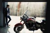 Fotografie Stylový muž s motorky