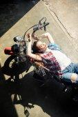 Fotografie Mladá žena s motorky