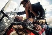 Mladý pár s motocyklu