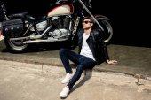 Elegáns férfi motoros