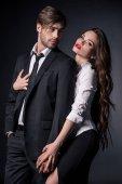 sexy Frau umarmt Mann im Anzug