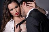 vášnivý pár líbání v erotické scéně
