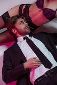 elegantní muž, ležící poblíž dívka ve spodním prádle