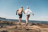 starší pár na pláži