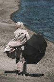 Fotografie Seniorin mit Regenschirm