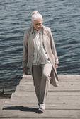 Fotografie Seniorin am Flussufer