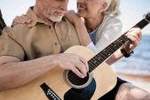 starší pár s kytarou