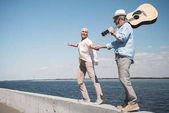 Fotografie Älteres Paar mit Gitarre