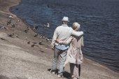 Fotografia Coppie senior che camminano sulla riva del fiume