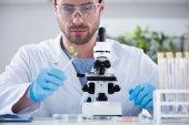 männlicher Wissenschaftler im Labor