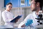 A tudósok a laboratóriumi munka során