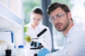 Muž vědec v laboratoři