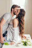muž líbání vášnivá dívka v předehře