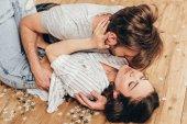 Fotografie smyslné pár objímání a moci políbit