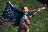 Chlapeček s americkou vlajkou