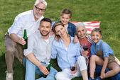 Šťastná rodina na grilu
