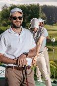 Golfistou při pohledu na fotoaparát