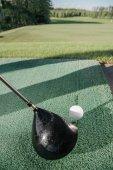 golfovou hůl a míček na golfovém hřišti