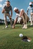 hráči golfu při pohledu na plese blízkosti Gnomos da Atlantida